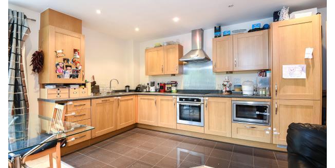 £1,300 per Calendar Month, 2 Bedroom Flat To Rent in Watford, WD18