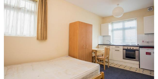 £895 per Calendar Month, Flat To Rent in London, NW2