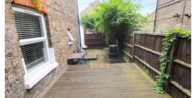 £800 per Calendar Month, Flat To Rent in London, N8