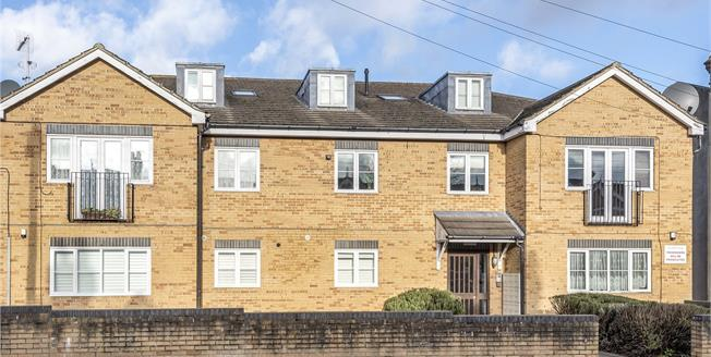 Offers Over £310,000, 2 Bedroom Flat For Sale in Beckenham, BR3