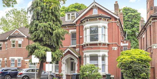 Asking Price £350,000, 2 Bedroom Flat For Sale in BR3