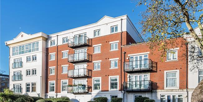 Guide Price £350,000, 2 Bedroom Flat For Sale in Bromley, BR2