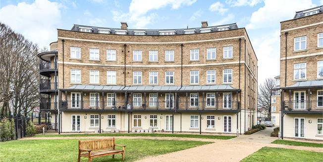 Guide Price £325,000, 2 Bedroom Flat For Sale in Bromley, BR2