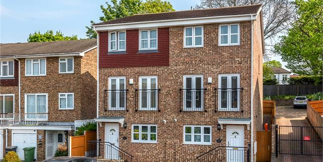 Guide Price £450,000, 3 Bedroom Semi Detached House For Sale in Bromley, BR1