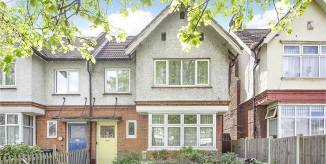 Guide Price £325,000, 2 Bedroom Flat For Sale in SE12