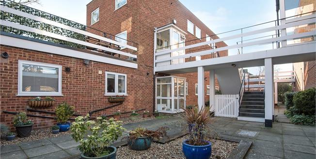 Asking Price £300,000, 2 Bedroom Maisonette For Sale in Orpington, BR6