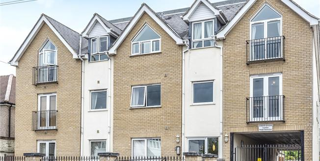Guide Price £350,000, 2 Bedroom Flat For Sale in West Wickham, BR4