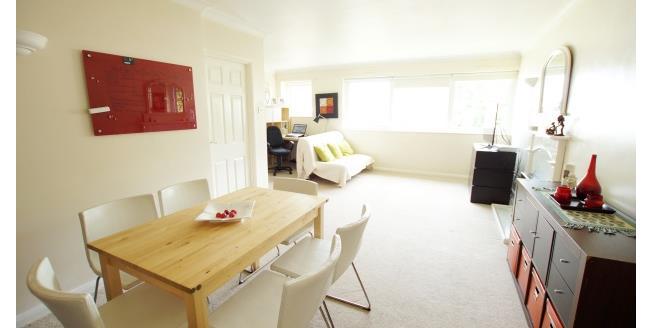 £1,150 per Calendar Month, 2 Bedroom Flat To Rent in Weybridge, KT13