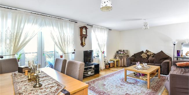 Guide Price £450,000, 2 Bedroom Flat For Sale in Barnet, EN5