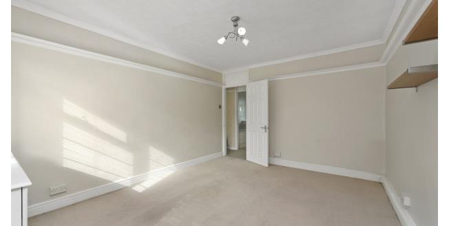 £1,100 per Calendar Month, 2 Bedroom Apartment To Rent in Weybridge, KT13