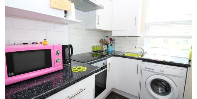 £1,100 per Calendar Month, 2 Bedroom Flat To Rent in London, SE6