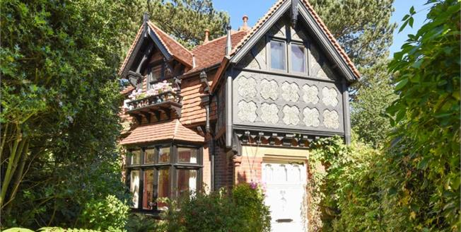 Guide Price £995,000, 4 Bedroom House For Sale in Chislehurst, BR7