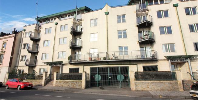 Guide Price £325,000, 2 Bedroom Flat For Sale in Bristol, BS8