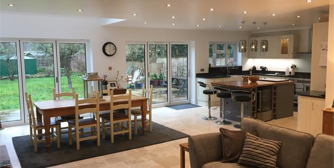Guide Price £700,000, 5 Bedroom Detached House For Sale in CV37