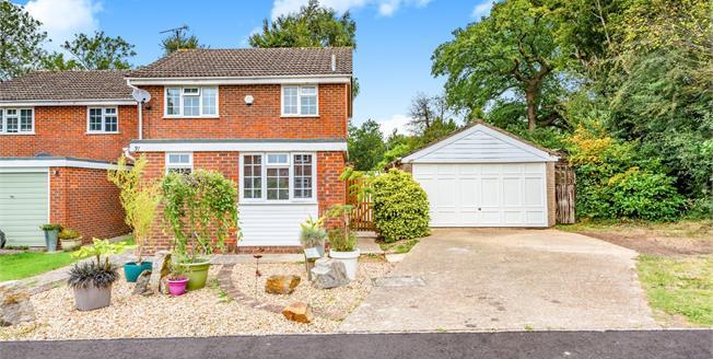 Guide Price £500,000, 4 Bedroom Detached House For Sale in Storrington, RH20