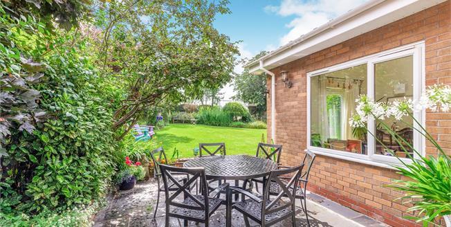 Guide Price £550,000, 5 Bedroom Detached House For Sale in Moreton Morrell, CV35