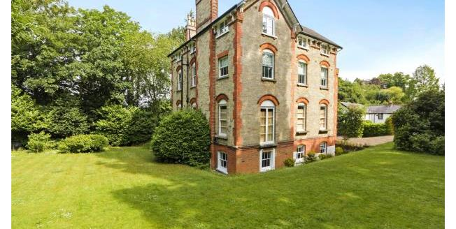 Guide Price £580,000, 3 Bedroom Apartment For Sale in Surrey, KT10