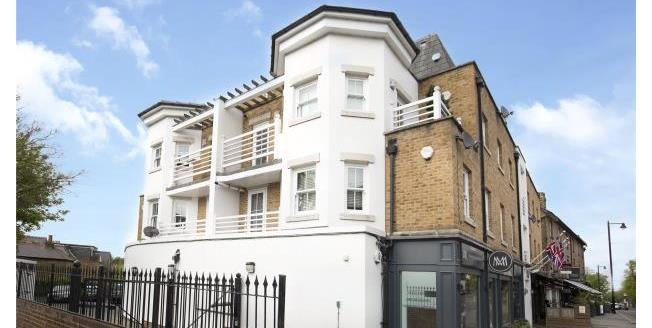 Guide Price £399,950, 2 Bedroom Apartment For Sale in Surrey, KT10