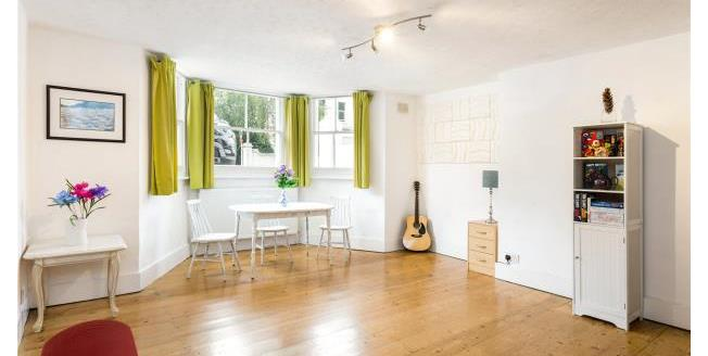 Guide Price £899,950, 3 Bedroom Apartment For Sale in Richmond, TW10