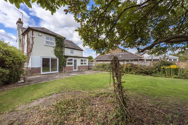 £2,200 per Calendar Month, 4 Bedroom Detached House To Rent in Gerrards Cross, SL9