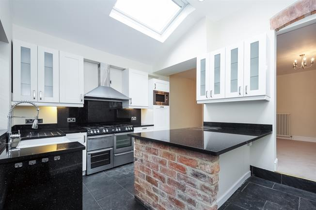£2,750 per Calendar Month, 4 Bedroom Terraced House To Rent in Banbury, OX16