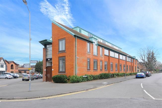 £1,125 per Calendar Month, 1 Bedroom Flat To Rent in Beaconsfield, HP9