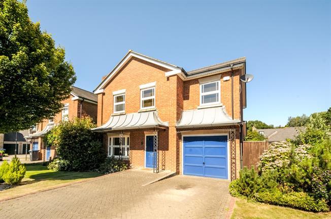 £2,000 per Calendar Month, 4 Bedroom Detached House To Rent in Warlingham, CR6