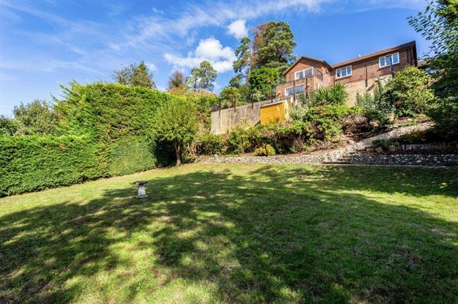 £2,450 per Calendar Month, 5 Bedroom Detached House To Rent in Warlingham, CR6