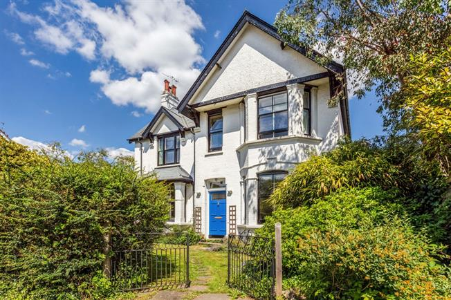 £2,000 per Calendar Month, 5 Bedroom Detached House To Rent in Merstham, RH1