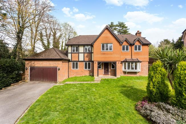 £3,000 per Calendar Month, 5 Bedroom Detached House To Rent in Caterham, CR3