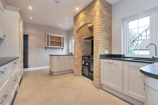 £2,500 per Calendar Month, 5 Bedroom Semi Detached House To Rent in Purley, CR8