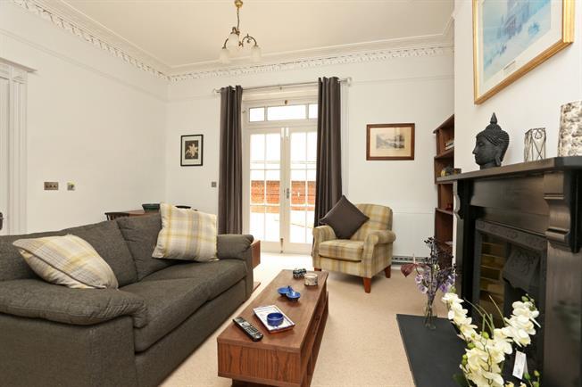 £995 per Calendar Month, 1 Bedroom Flat To Rent in Cheltenham, GL50
