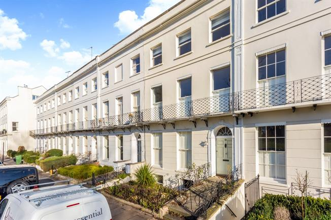 £825 per Calendar Month, 1 Bedroom Flat To Rent in Cheltenham, GL50