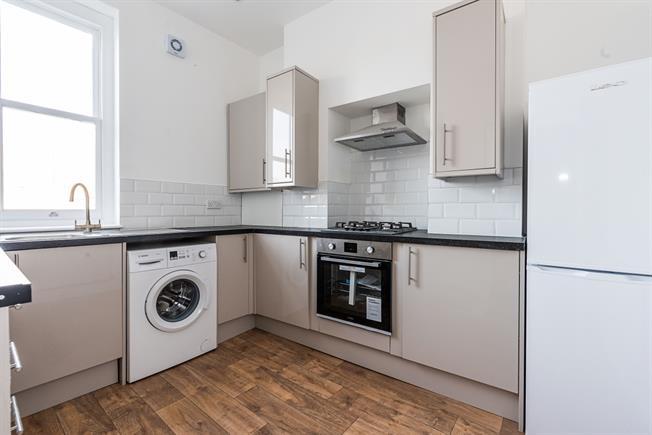£1,900 per Calendar Month, 2 Bedroom Flat To Rent in London, SW4