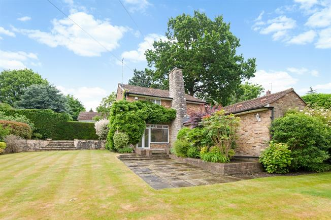£3,000 per Calendar Month, 4 Bedroom Detached House To Rent in Esher, KT10