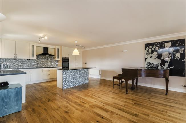 £3,500 per Calendar Month, 3 Bedroom Apartment To Rent in London, SW6