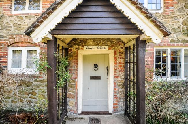 £2,995 per Calendar Month, 3 Bedroom Cottage House To Rent in Dorking, RH5