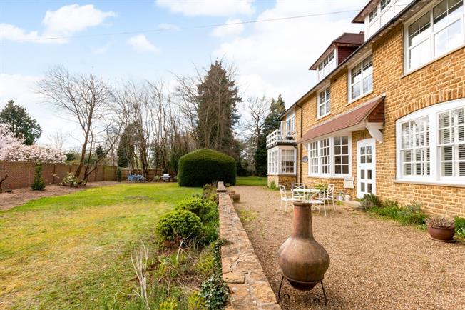 £1,295 per Calendar Month, 2 Bedroom Flat To Rent in Godalming, GU7
