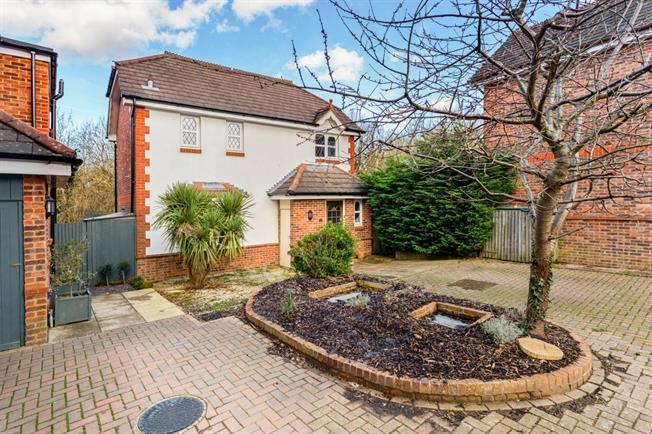 £1,350 per Calendar Month, 3 Bedroom Detached House To Rent in Haywards Heath, RH17