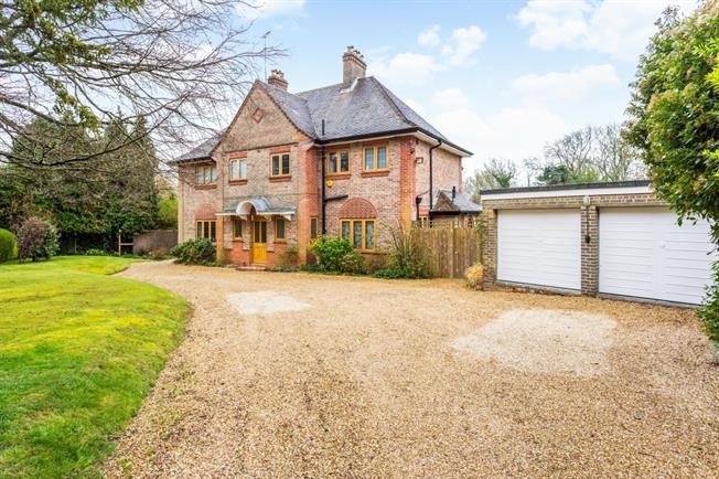 £2,900 per Calendar Month, 4 Bedroom Detached House To Rent in Haywards Heath, RH17
