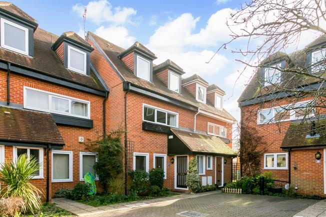 £1,675 per Calendar Month, 3 Bedroom Mews House To Rent in Henley-on-Thames, RG9