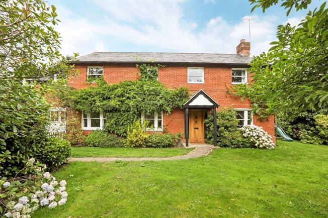 £2,500 per Calendar Month, 5 Bedroom Detached House To Rent in Peppard Common, RG9