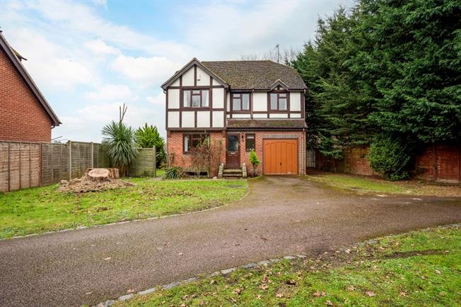 £1,795 per Calendar Month, 4 Bedroom Detached House To Rent in Maidenhead, SL6