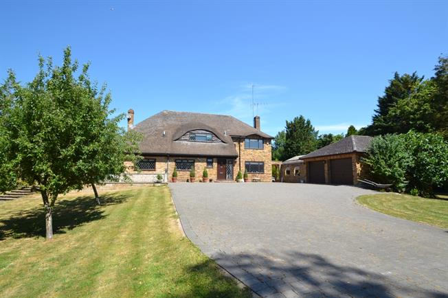 £3,250 per Calendar Month, 5 Bedroom Detached House To Rent in Maidenhead, SL6