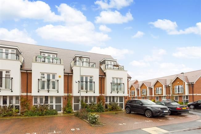 £2,400 per Calendar Month, 3 Bedroom Town House To Rent in Maidenhead, SL6
