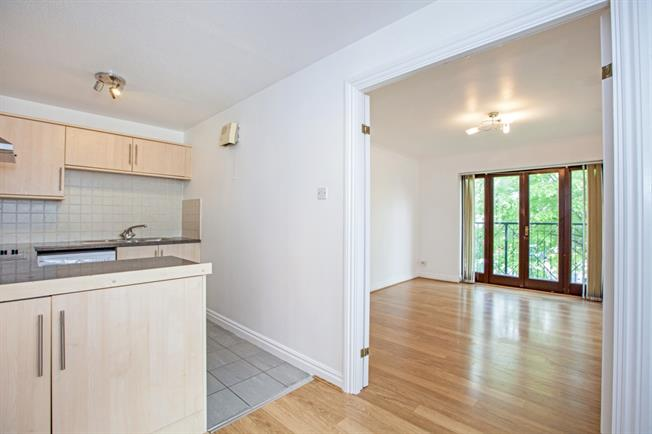 £995 per Calendar Month, 2 Bedroom Flat To Rent in Maidenhead, SL6