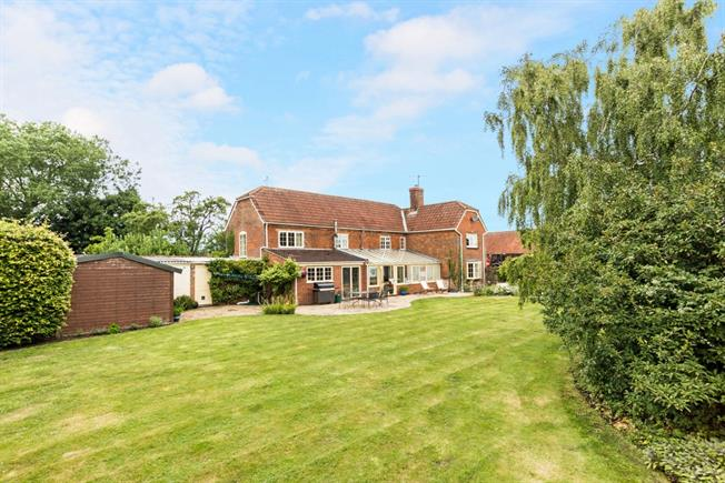 £2,000 per Calendar Month, 4 Bedroom Detached House To Rent in Devizes, SN10