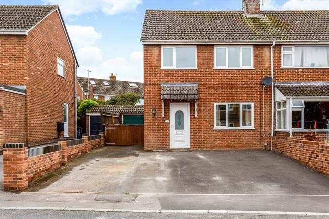 £1,000 per Calendar Month, 3 Bedroom Semi Detached House To Rent in Marlborough, SN8