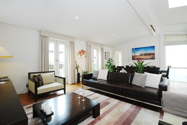 £7,800  per Calendar Month (Calculated), 3 Bedroom Mews House To Rent in London, W11
