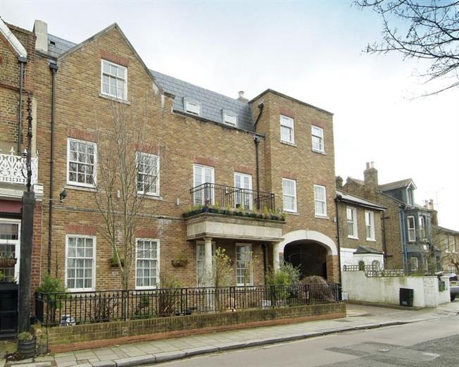 £1,825 per Calendar Month, 2 Bedroom Flat To Rent in Richmond, TW9